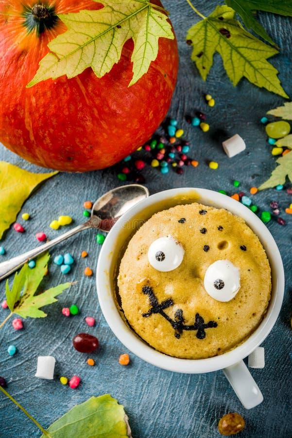 Lustiger Becherkuchen für Halloween lizenzfreie stockfotografie