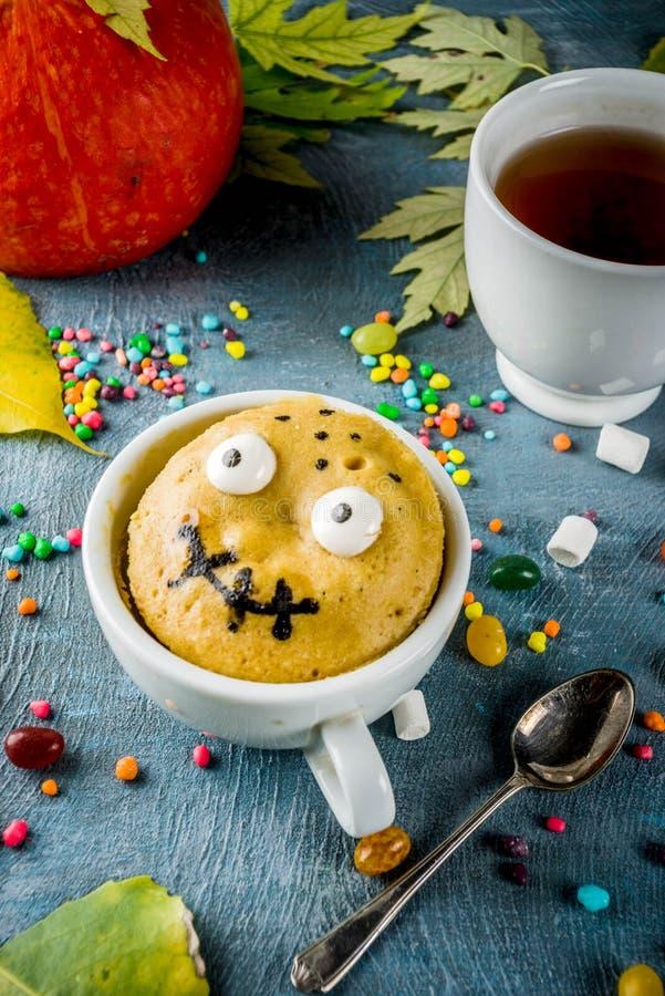 Lustiger Becherkuchen f?r Halloween stockfotografie