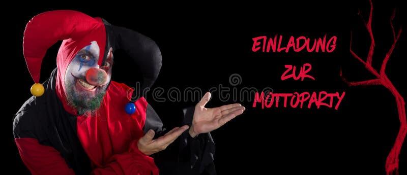 Lustiger Clown, der zum deutschen Text für eine Einladung zu einem Thema p darstellt lizenzfreie stockfotos