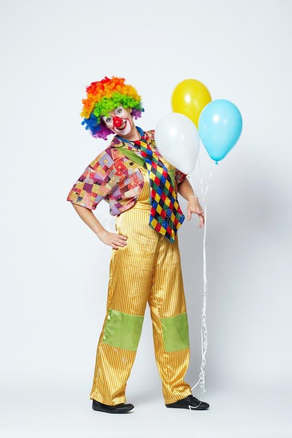 Lustiger Clown mit Ballonen auf Weiß lizenzfreies stockbild
