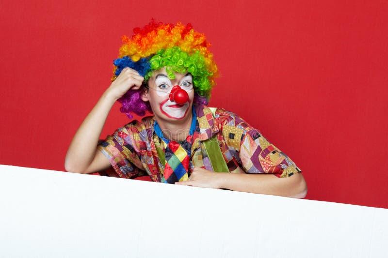 Lustiger Clown mit Bindung auf leerem Brett lizenzfreies stockfoto