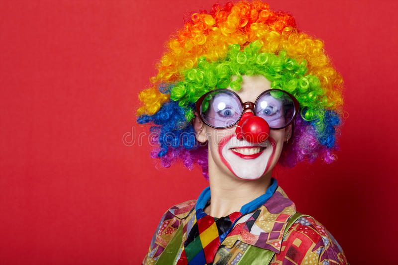 Lustiger Clown mit Gläsern auf Rot lizenzfreies stockfoto