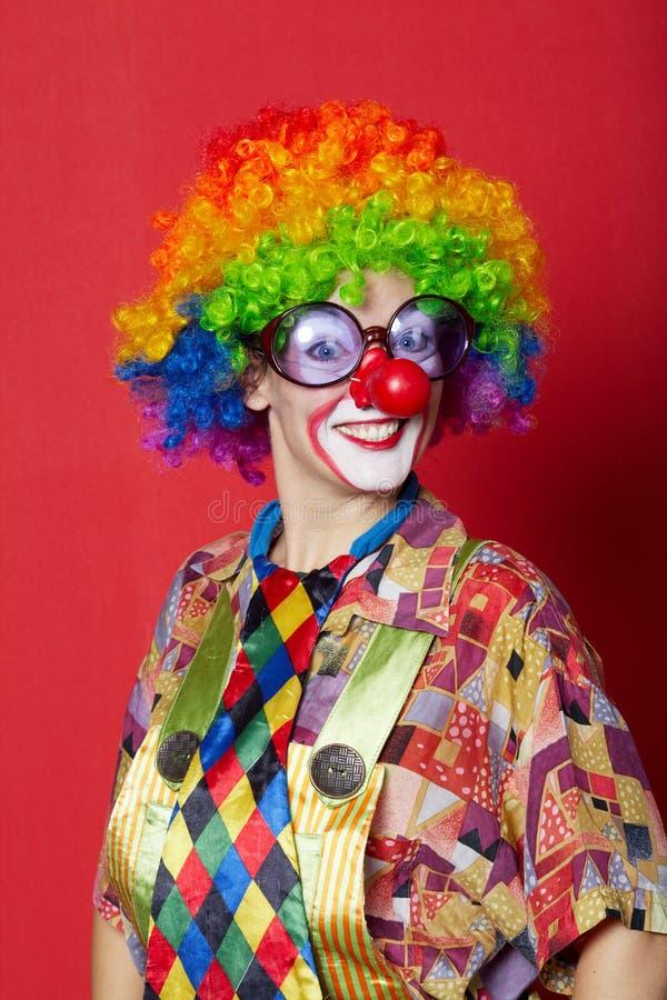 Lustiger Clown mit Gläsern auf Rot stockfoto