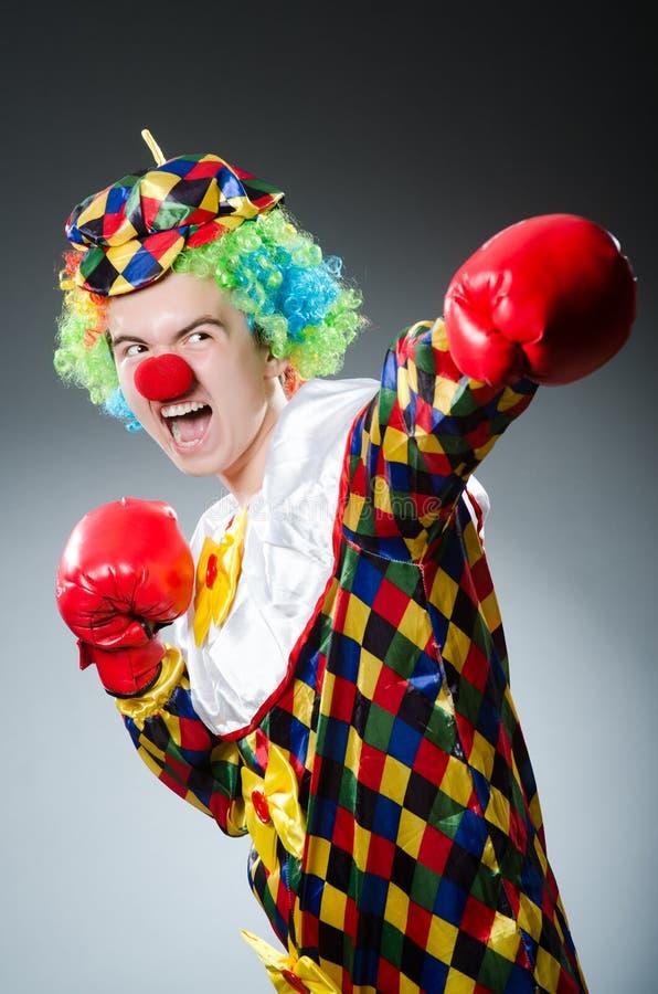 Lustiger Clown mit Kasten stockbilder