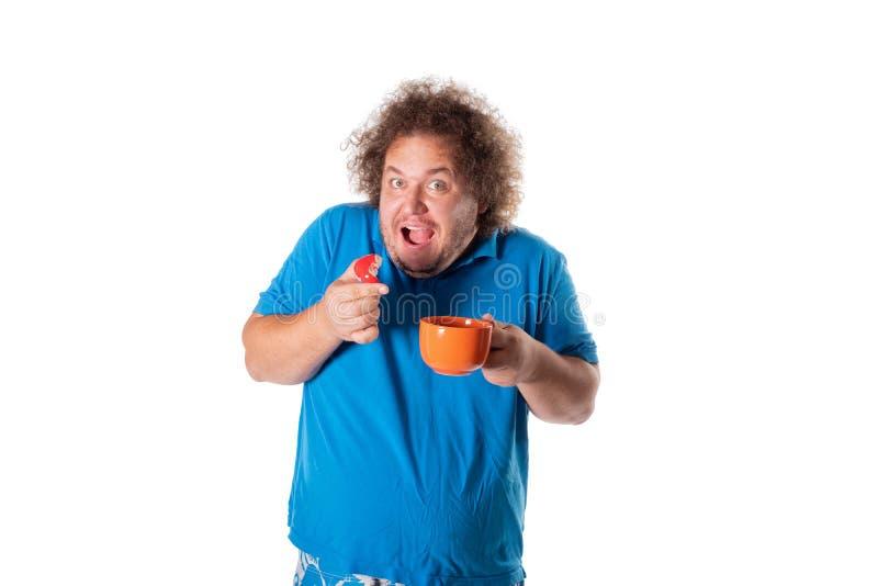 Lustiger dicker Mann mit Becher Kuchen essend Alles Gute zum Geburtstag lizenzfreie stockfotografie