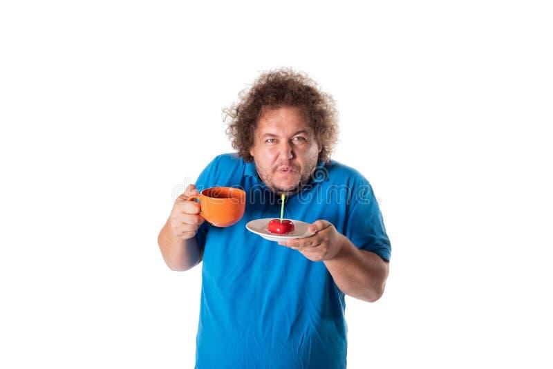 Lustiger dicker Mann mit Becher und Kuchen Alles Gute zum Geburtstag lizenzfreies stockbild