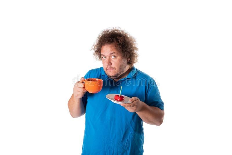 Lustiger dicker Mann mit Becher und Kuchen Alles Gute zum Geburtstag lizenzfreie stockbilder