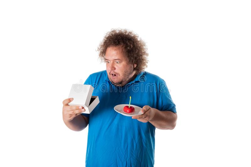 Lustiger dicker Mann mit Kuchen und Geschenk Alles Gute zum Geburtstag stockbild