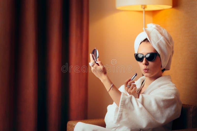 Lustiger Diva Getting Ready für die Partei, die auf Lippenstift versucht stockfoto