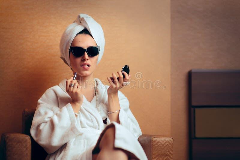 Lustiger Diva Getting Ready für die Partei, die auf Lippenstift versucht stockbilder