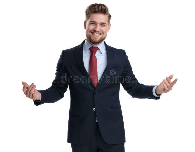 Lustiger Geschäftsmann, der weit mit seinen Armen offen lacht und begrüßt lizenzfreie stockfotos