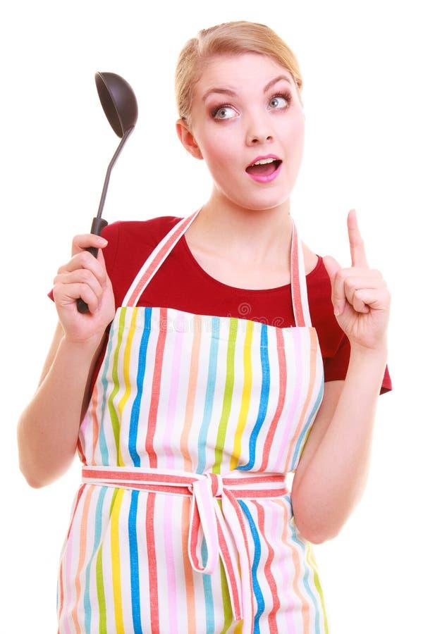 Lustiger Hausfrau- oder Kochchef im bunten Küchenschutzblech mit Schöpflöffel stockfotografie