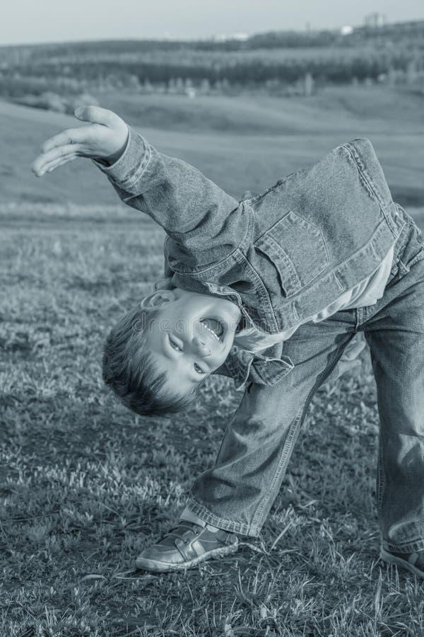 Lustiger Junge auf dem Hügel, Sepia getont stockbild