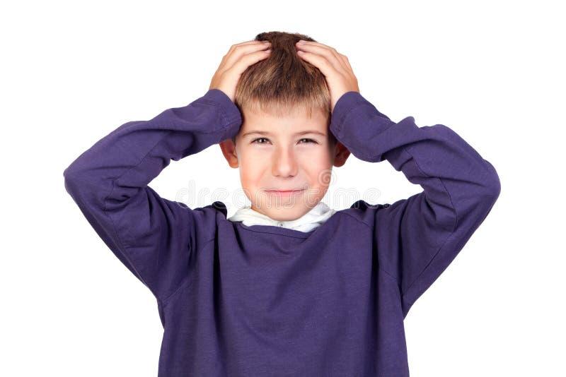 Lustiger Junge mit seinen Händen auf seinem Kopf stockbilder