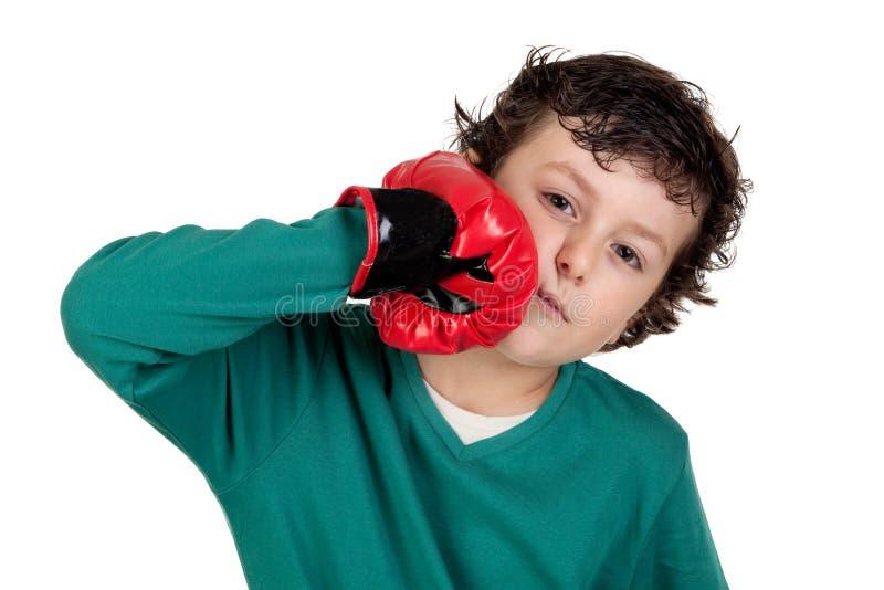 Lustiger Junge mit Verpackenhandschuhen lizenzfreie stockbilder