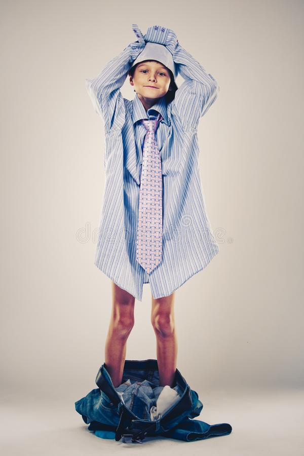 Lustiger Junge tragende Vati ` s Kleidung lizenzfreie stockfotografie
