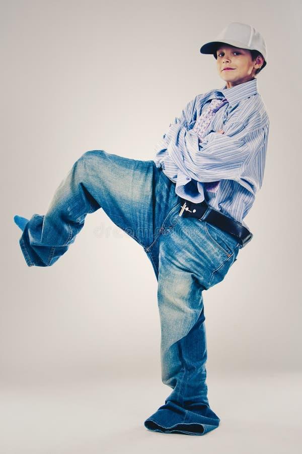 Lustiger Junge tragende Vati ` s Kleidung lizenzfreies stockbild