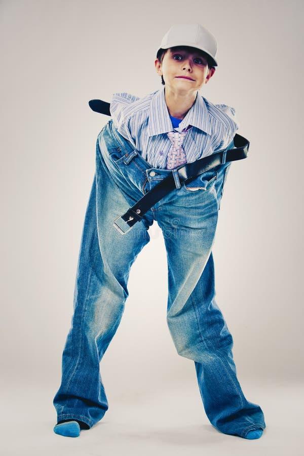 Lustiger Junge tragende Vati ` s Kleidung stockfotografie
