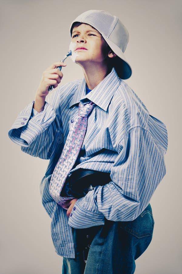 Lustiger Junge tragende Vati ` s Kleidung lizenzfreie stockfotos