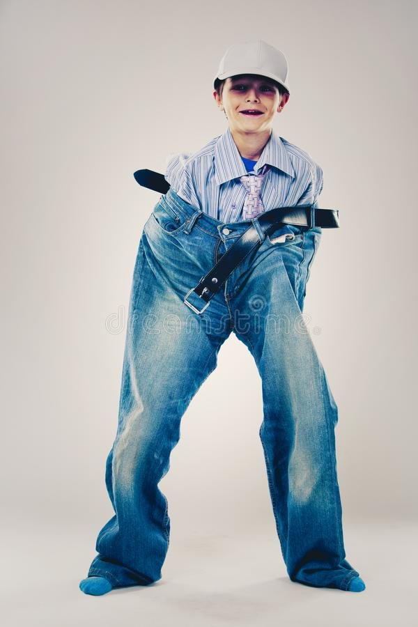 Lustiger Junge tragende Vati ` s Kleidung stockfotos