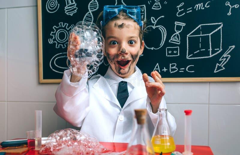 Lustiger Jungenchemiker mit schmutzigem Gesicht lizenzfreie stockbilder