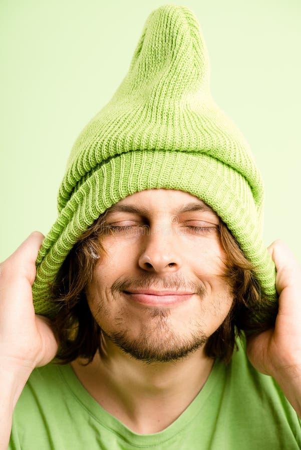Definitions-Grünhintergrund der lustigen Leute des Mannporträts wirklichen hoher stockbilder