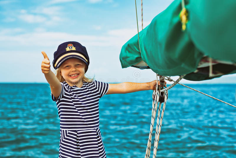 Lustiger kleiner Babykapitän an Bord von Segeljacht lizenzfreies stockbild
