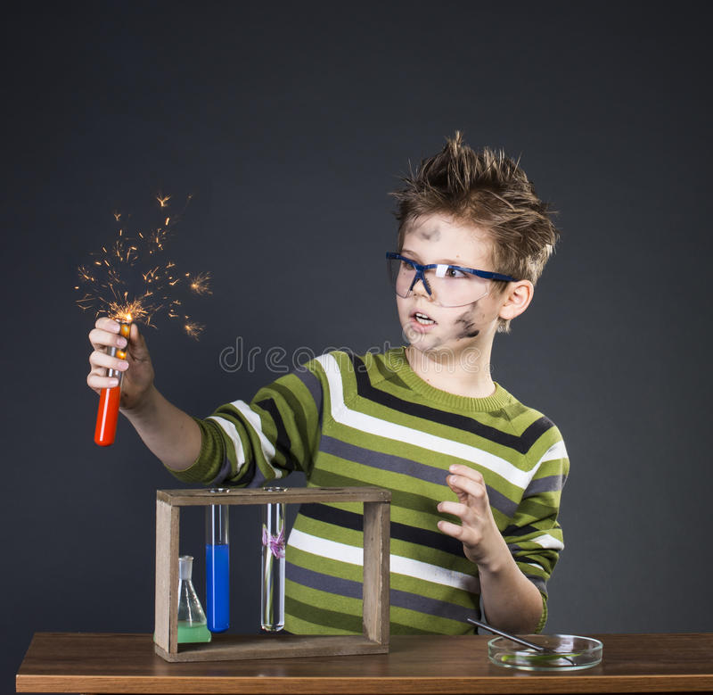 Lustiger kleiner Junge, der Experimente durchführt Verrückter Wissenschaftler Educat stockfotografie