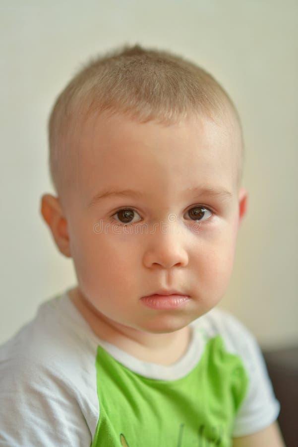 Lustiger kleiner Junge, der Gefühle zeigt Kaukasisches Kind 2 Jahre alt Nahaufnahme portriat stockbilder