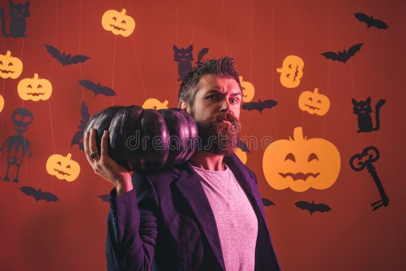 Lustiger kluger Zauberer auf einem Halloween-Hintergrund Furchtsamer Hippie mit Bart im Hexenhut und -kariertem Hemd Zauberer, Za lizenzfreie stockfotos