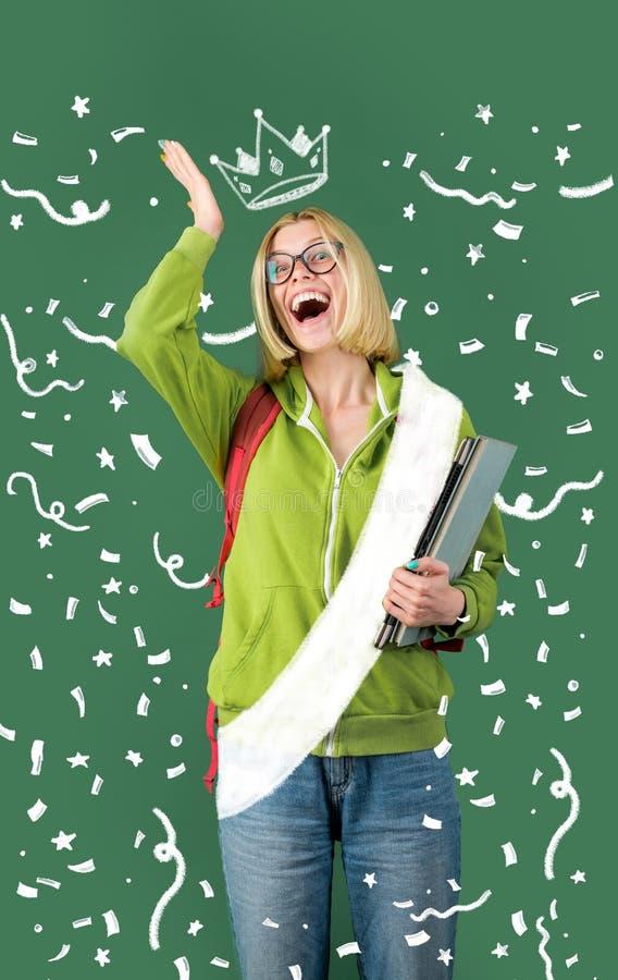 Lustiger Lehrer oder Student in den Gläsern über grünem Tafelhintergrund Glückliche zufällige Studentin mit Übertafel stockfoto