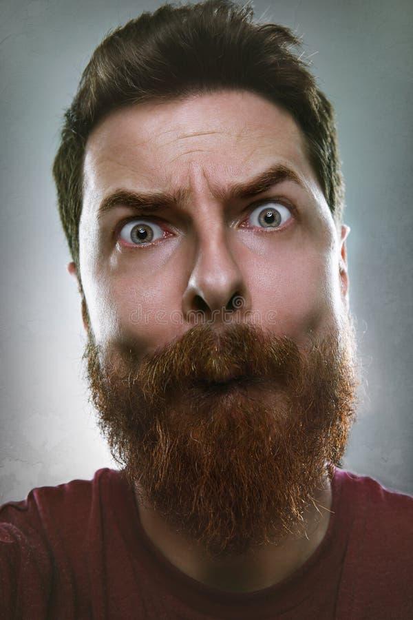Lustiger Mann, der dummes Gesicht macht stockfotografie