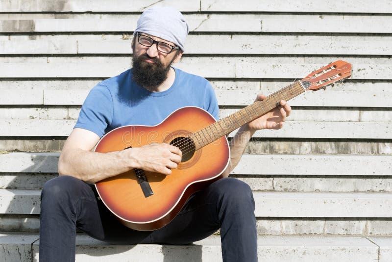 Lustiger Mann, der Gitarre spielt lizenzfreie stockbilder