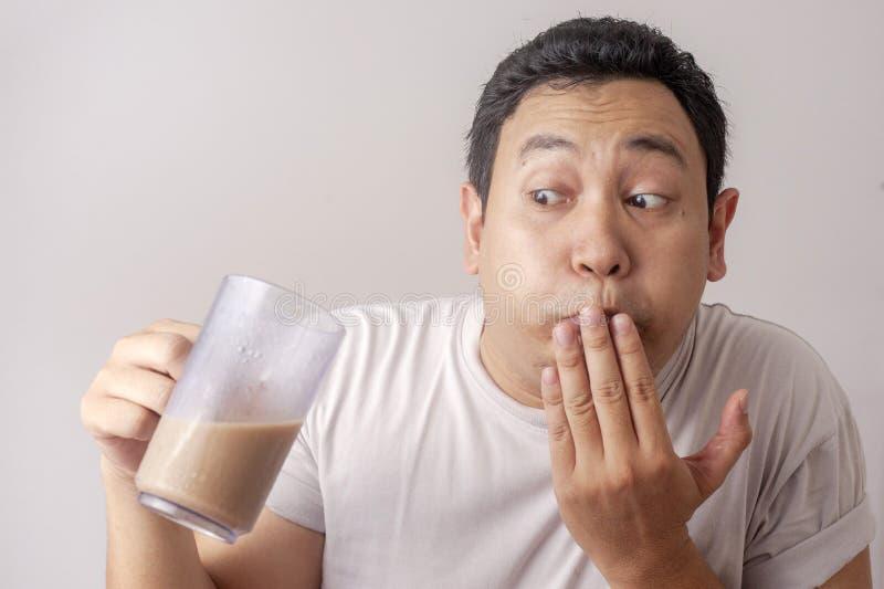 Lustiger Mann, der schlechten Kaffee trinkt stockfotos