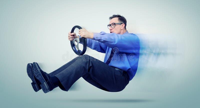 Lustiger Mann im Glasautofahrer mit einem Lenkrad lizenzfreies stockbild