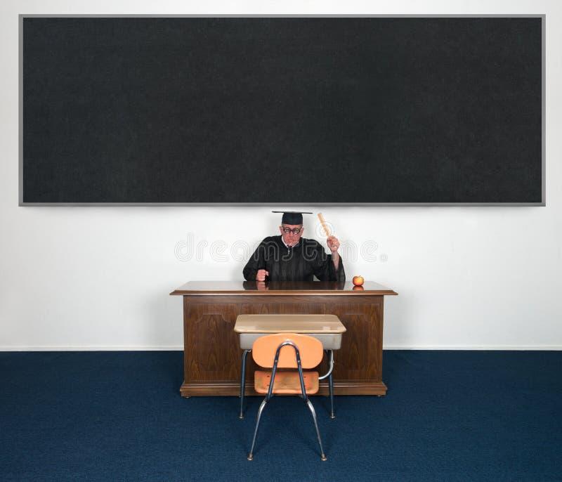 Lustiger mittlerer verärgerter Lehrer Chalkboard IHR TEXT HIER stockfotos