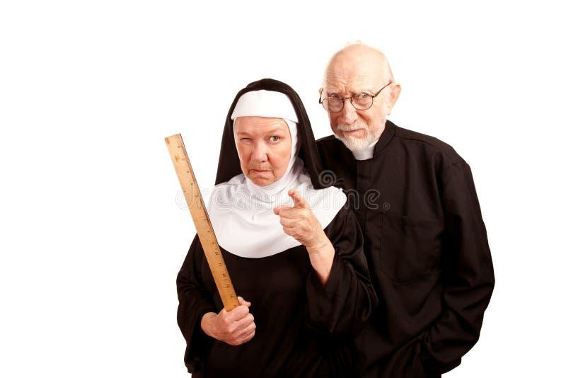 Lustiger Priester und Nonne stockfoto