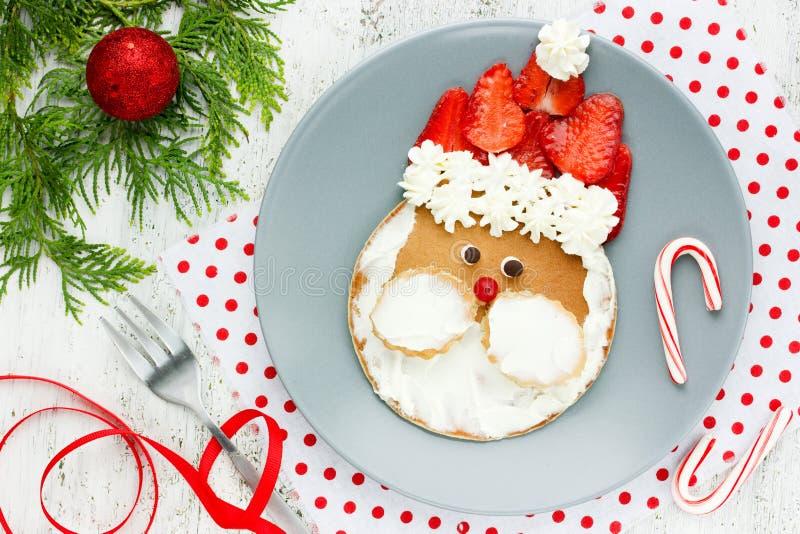 Lustiger Sankt-Pfannkuchen - Weihnachtsfrühstücksidee für Kind lizenzfreie stockfotos