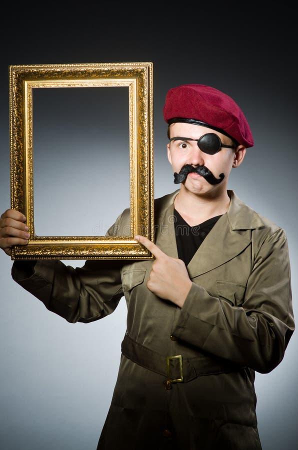 Lustiger Soldat im Militär lizenzfreie stockbilder