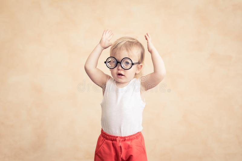 Lustiger Sportler des Babys Erfolg und Siegerkonzept lizenzfreie stockfotos