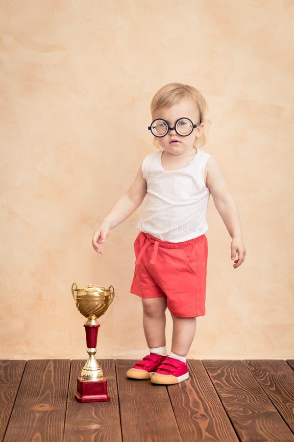 Lustiger Sportler des Babys Erfolg und Siegerkonzept lizenzfreie stockfotografie