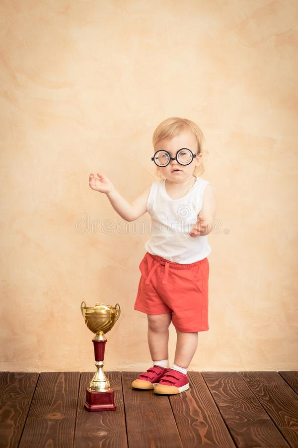 Lustiger Sportler des Babys Erfolg und Siegerkonzept lizenzfreie stockbilder