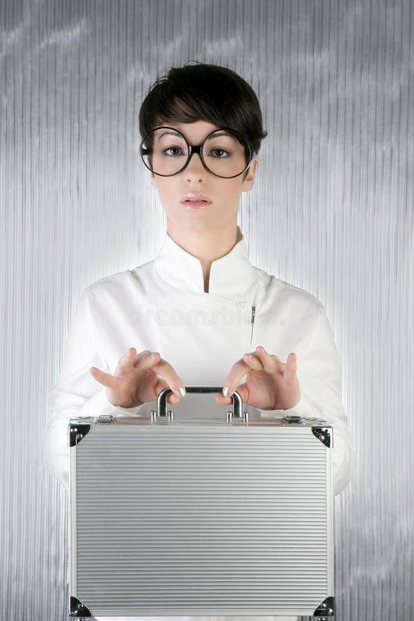 Lustiger Stimmunggeschäftsfrau-Silberaktenkoffer stockfoto