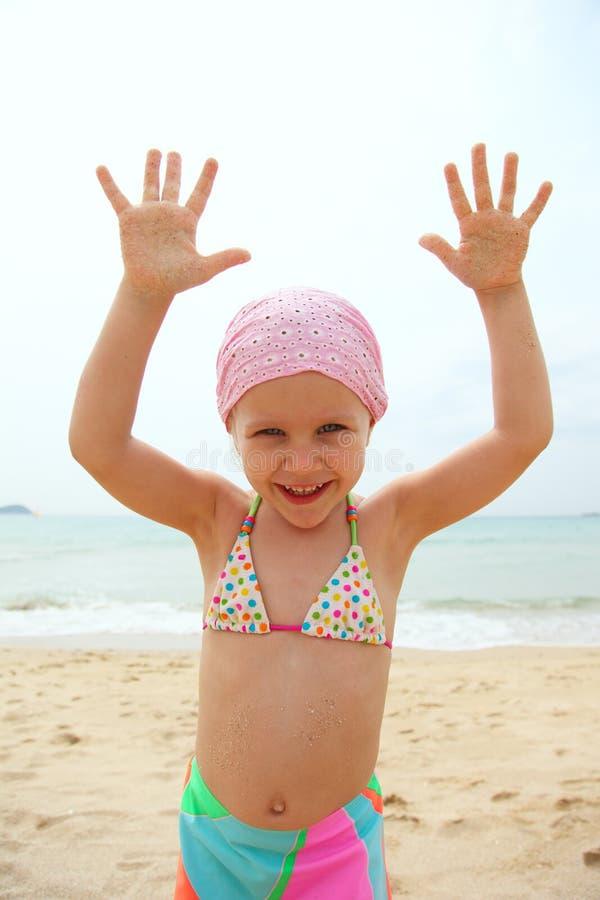 Lustiger tragender Badeanzug des kleinen Mädchens lizenzfreie stockfotografie