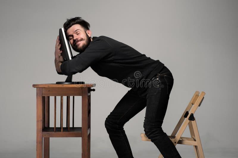 Lustiger und verrückter Mann, der einen Computer verwendet stockfotos