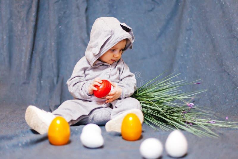 Lustiges Baby im Kaninchenkostüm lizenzfreies stockbild