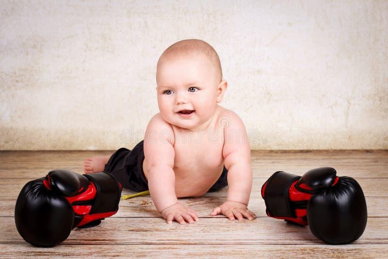 Lustiges Baby mit Boxhandschuhen lizenzfreies stockbild