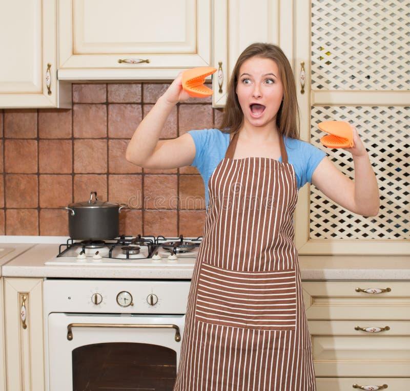 Lustiges Backen, welches die Frau hat Spaß in ihrem Küche lächelnden che kocht stockfotos
