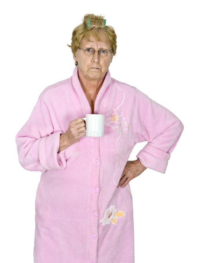 Lustiger verärgerter reifer Frauen-Morgen-Kaffee lokalisiert stockbild