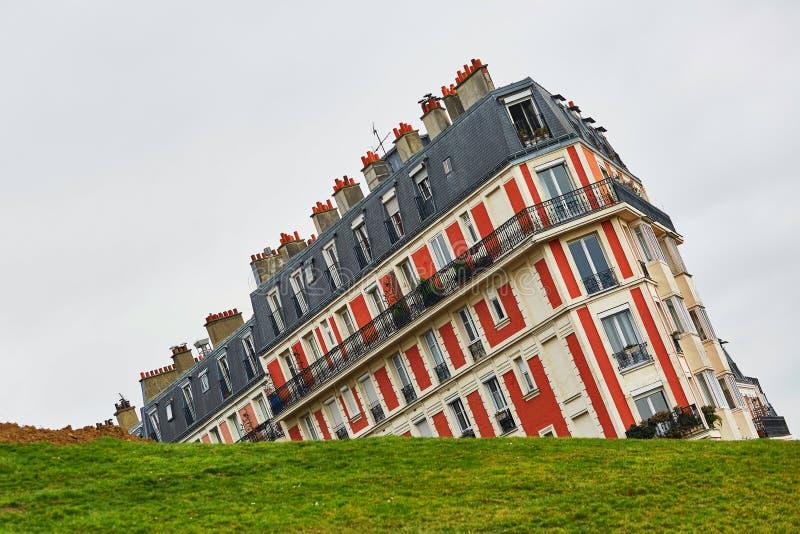 Lustiges Bild eines Gebäudes auf Montmartre-Hügel genommen mit ungewöhnlichem Winkel, Paris, Frankreich stockbild